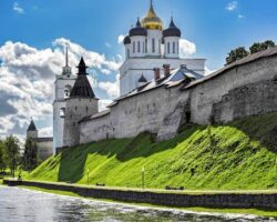 88678528-trinity-cathedral-behind-the-fortified-wall-of-the-pskov-kremlin-on-a-sunny-autumn-day-pskov-russia